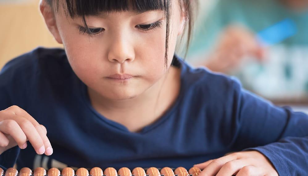 今までにない玉井式のそろばん学習は右脳開発にも効果を発揮します。